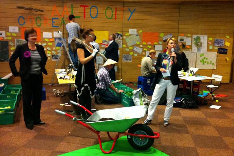"""Conception et mise en scène de groupe de travail le """"societal innovation camp"""" de Aalto University, Helsinki, 2010-11."""